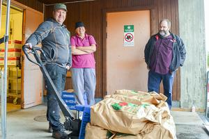 Första leveransen av Pärra Jönsson till äldreboendet Skönsmon där Eva Eriksson är arbetsledare. Kommunens kostchef Klaus Dudenhöfer är den som gjort det hela möjligt.
