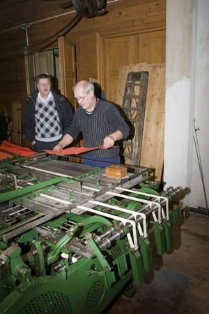 Viker. Åke Söderquist har bland annat fått byta banden på falsmaskinen, en maskin som viker papper, för att få den att fungera.