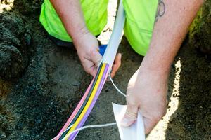 Det var när fiber skulle grävas i Trönö som olyckan skedde under tisdagsförmiddagen.