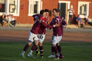 Höga Kustens Alexei Josan har just avgjort matchen mot Spöland/Vännäs med sitt 2–0-mål.