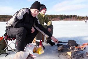 Det nappade dåligt för, från vänster: Victor Myrlund och Anton Olsson, båda från Los. De hade i alla fall med sig gott fika i form av eget smörgåsjärn.