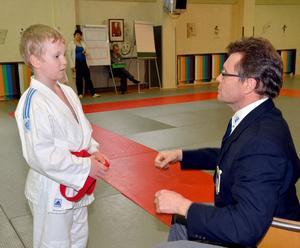 Judodomaren Sören Ahlner förklarar för Kalle Erlandsson att man inte får prata eller ge ifrån sig höga ljud under matcherna.