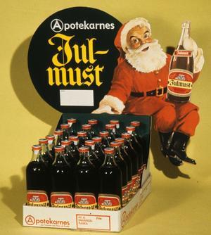 Traditionsrik. Julmusten firar 100 år i år. Fortfarande är det exakta receptet en hemlighet som bara få känner till. På bilden Apotekarnes julmust från 1965. Under det namnet har julmust sålts sedan 1920-talet, men produceras sedan några år av öljätten Carlsberg.