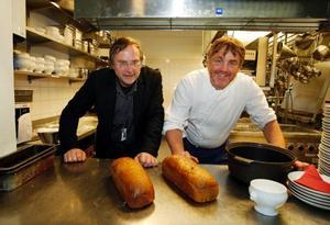 """Sten Gauffin och Arni-Thor Arnason strävar efter att bjuda på så mycket hemlagat som möjligt, men de 2  500 kakor tunnbröd som går åt under julbordet hinner man inte baka. """"Tyvärr har vi inte de resurserna"""", säger kökschefen."""