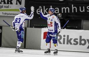 Daniel Andersson gratulerar David Karlsson. Men trots duons fem mål tillsammans och vändning från 0–4 till 6–5 blev det till slut 6–6 mot SAIK för Villa.