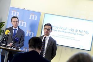 Tomas Tobé, till vänster, och Ulf Kristersson i samband med att Moderaterna presenterade sin skuggbudget.