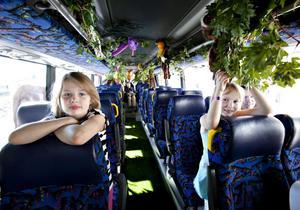 Syskonen Erika 9 år och Sofia 8 år semestrar i Gävle. Båda tyckte att det skulle bli roligt och spännande att åka Djungelbussen ut till Furuviksparken där bad och djurtittning hägrade.