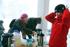 Lena Gunnarsson serverade varm glögg i skydd av pastorsexpeditionens verandatak.