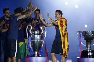 Barcelonas Xavi Hernandez firar med laget efter att ha slagit Juventus i lördagens Champions League-final. Xavi sa liksom Juventus Pirlo farväl till Europafotbollen i helgen.