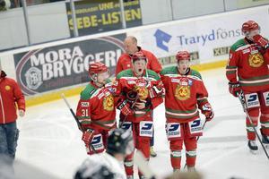 Lukas Bengtsson hjälps av isen av lagkamraterna. Lukas återkom efter omplåstring, som tur var men det såg ut att ha gått riktigt illa först.