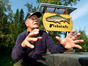 – Det är rena maffiametoderna här i Landön, säger Matti Mikkonen, sedan han blivit anklagad för att ta upp för många fiskar per dag ur Landösjön.