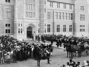 Kungligt besök. Oscar II invigde Teknis 1901.