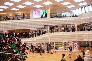 Åhörarna fyllde Högskolan Dalarnas bibliotek vid partiledardebatten mellan Jonas Sjöstedt (V) och Annie Lööf (C).