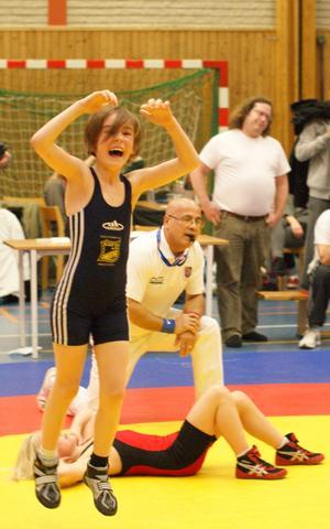 Såhär glad blev Elsa Ridderstolpe från Mölntorps IK i Kolbäck när hon vann brottningstävlingen Luciacupen i Stenhamra den 10 december.Klubben tog ytterligare fyra guld, två silver och ett brons i tävlingen.