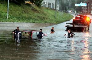 2001 var det riktig kris när ett par och dess bil hamnade under vatten.