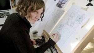 Lisa Medin framför ljusbordet i sin ateljé i Stockholm.