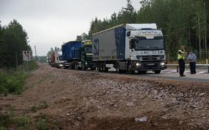 Det uppstod långa köer med främst lastbilstrafik i samband med den svåra trafikolyckan på riksväg 70 i höjd med Rembo på tisdagsmorgonen.FOTO: KERSTIN ERIKSSON