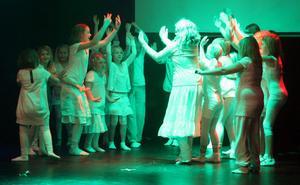 Alla grupper deltog i dansen till Earth song.