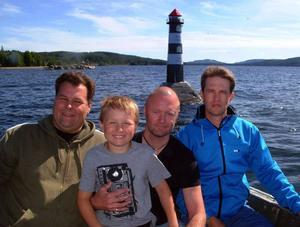 Fyrbyggaren Per-Erik Björk, Bräcke båtklubbs Mats Kronsten med sonen Isac och fyrbyggaren Hans-Åke Göransson är rättmätigt stolta över den nya fyren i Bräckes hamninlopp. Foto: Ingvar Ericsson