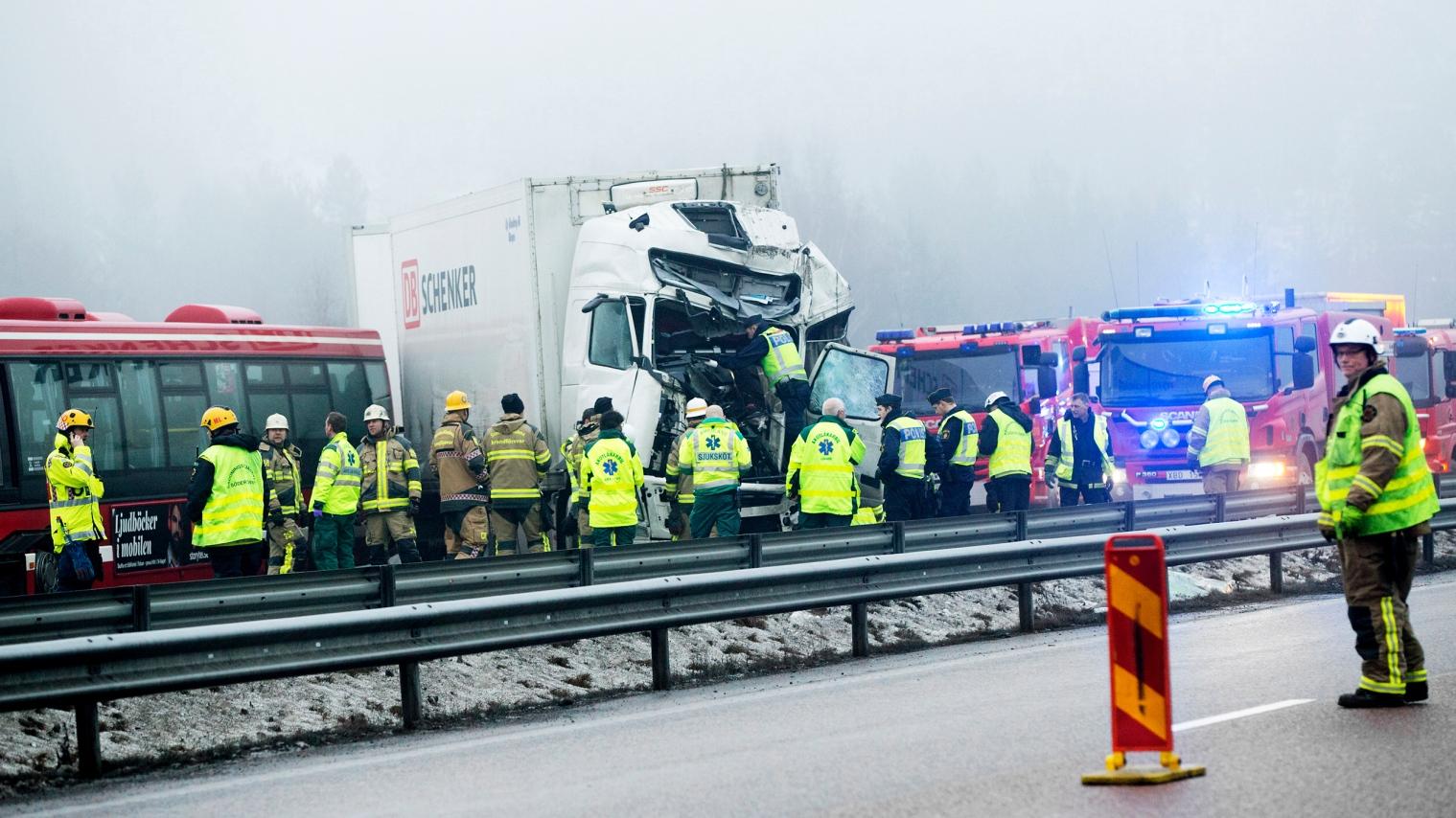 Lastbilsforare fastklamd vid olycka