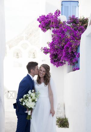Peter och Ida gifte sig på Santorini.