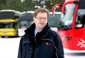 Han har en rejäl fordonspark numera, Lars-Göran Lönn. Det är tjugo år sedan det bara stod en Volvo-buss i garaget. Sedan dess har det hänt mycket – och rullat på bra.