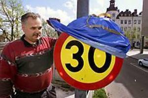 Foto: LASSE WIGERTSkyltat. Klockan sju i morse började Ingvar Johansson på Markbyggarna köra runt och avtäcka de nya hastighetsskyltarna som han också varit med att sätta upp.