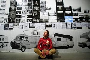 """Det hade inte skadat med lite förklaringar och bakgrund till Bill Daniels bilder, menar Christer B. Jarlås som varit på vernissage för Färgfabriken Norrs nya utställning """"Look Twice"""".   Foto: Ulrika Andersson"""