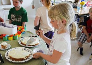 Tindra Björk smakade på jubileumstårtan.
