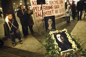 Genom att få en bättre förståelse för de bakomliggande orsakerna kan vi intensifiera arbetet för att stoppa en växande hedersproblematik i Sverige, skriver två centerpartister. Bilden är från en minnesceremoni för Fadime Sahindal, som dödades 2002.