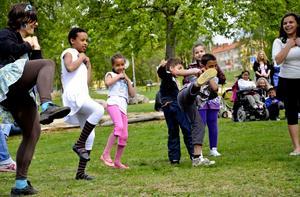 Fullt ös. Grupper av elever avlöste varandra under kulturmanifestationen Vårskrik. Här dansas det på en gräsmatta intill Hällefors torg.