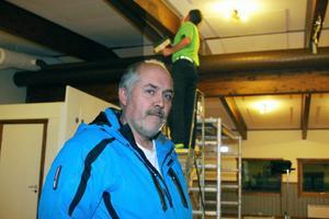 Kenneth Bergman tycker att det blir ett rejält lyft med ny golvmatta och ommålade väggar i serveringsbyggnaden vid skidstadion.Foto: Stefan Persson
