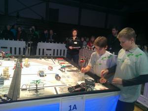 Isac Backman och Juhani Ahokas Löfgren kämpade på med lag Resele Hoppetossars legorobot.