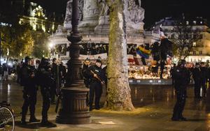 I Paris är polisnärvaron markant. I går kväll blev det polispådrag på Place de la Republique sedan någon kastat smällare.