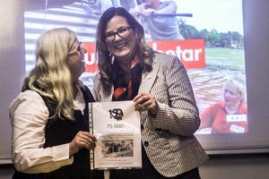 Anna Carlstedt, ordförande för Röda Korset i Sverige, får 75 000 lokalt insamlade kronor av Helena Torstensson som är ordförande för Söderhamns lokala krets.