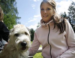 Lägerledaren Emma Bergdahl med softisen Alis.