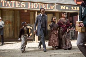 Solomon Northup lever fritt i New York när han blir lurad och kidnappad till södern. Där säljs han som slav och måste börja kämpa för sitt liv. Foto: Jaap Buitendijk/SF