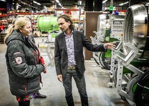 Handelsminister Ewa Björling och Arecos VD Johan Erling pratar snökanoner.