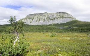 Dalarnas vackraste fjäll, Sömlinghågna, tillika länets näst högsta med 1 195 meter över havet. Hågntjärnen i förgrunden. Bergväggen reser sig cirka 250 meter lodrätt uppåt. Foto: Mikael Forslund