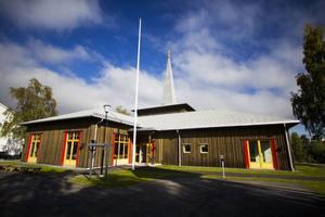 Arkitekt Karl-Erik Jonasson har hämtat inspiration till kyrkans exteriör från det baptistkapell som tidigare stod på samma plats. Äldre bilder av kapellet vittnar om en grov panel som förmodligen var tjärad.