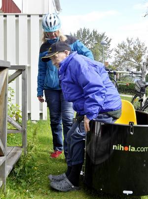 När cykelturen är slut kliver Torsten Lilja ur passagerarkärran med hjälp av Elisabeth Albertsson och hem till sin bostad. Enhetschefen Fredrik Lenell berättar att även de som har svårt att röra sig kommer kunna få hjälp att ta sig i och ur så att de kan få komma ut på en tur.