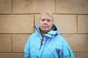 Ing-Marie Persson, tidigare anställd vid Furuviksparken, rasar mot beslutet att flytta på två av schimpanshonorna.