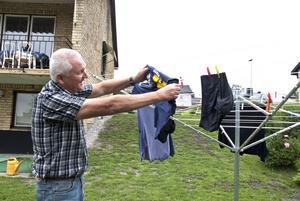 Arne Lundgren visar t-shirten med Ullvigymnasiets tryck. Där är han lärare sedan 31 år tillbaka.
