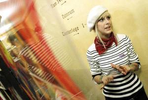 Konsten behöver inte alltid vara så seriöst, ibland kan den faktiskt bara få vara rolig också. Det ville Östersunds konstskola demonstrera genom speed-painting. Eleverna stod och målade på fyra olika stationer. Var femtonde sekund flyttade de ett steg åt något håll. På så vis växte motivet fram spontant och prestigelöst. Alla som ville fick vara med.– Hur många som helst som har testat, det är jätteroligt, säger Hanna Eriksson.