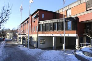 Vid lunchtid på tisdagen var det tyst och öde vid Folkets hus där Smedenskolan och ett par kommunala inrättningar har lokaler.