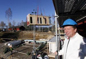 ny stadsbild. Kungsbergets skidanläggning växer i snabb takt med både hotell och stugbyar. Så här ser det numera ut uppifrån berget.bygger en skidstad. Utvecklingschefen Jonas Lundblad säger att det som nu sker i Kungsberget är som att bygga en hel liten stad på fem år.