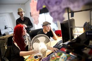 Elin Ferner, Pelle Ferner och Mattias Wernerfalk har bråda dagar med att producera en bok utifrån tv-serien.
