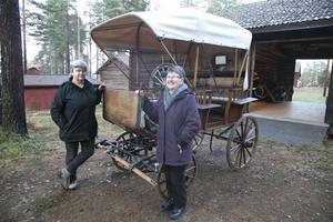 Ordföranden Anna-Karin Andersson och sekreteraren Marianne Jönsson ser fram emot att i sommar få visa upp den fina jaktvagnen. Kanske kan det också bli aktuellt att hyra ut vagnen vid exempelvis bröllop.
