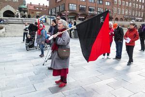 Syndikalisternas svarta och röda fana bars av Helene Draheim från Ås.