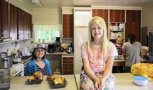 Merja Frisk och Alice Lanner Ax hjälper till med matlagningen.